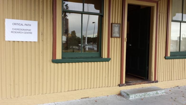 Entrada do centro coreográfico australiano Critical Path
